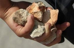 hand-holding-stones